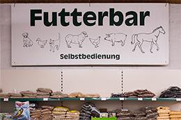 Ein Blick auf die Futterbar im Garten- und Futtermarkt der Bommers GmbH.