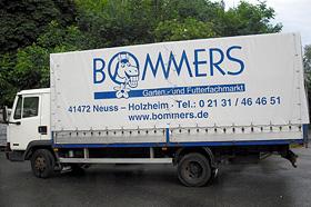 Ein LKW mit dem Logo der Firma Bommers